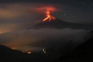 Spectaculair beeld van de vuurspuwende vulkaan Tungurahua