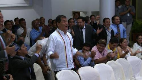 President Correa geniet volop van de ruime overwinning van Ecuador