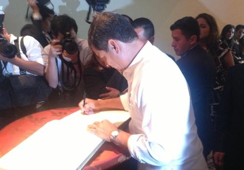 Rafael Correa tekent het gastenboek
