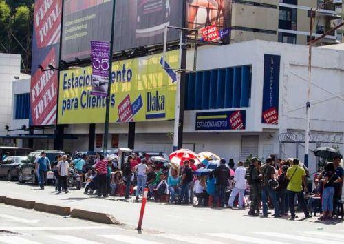 Lange rijen bij een Daka-vestiging in Caracas