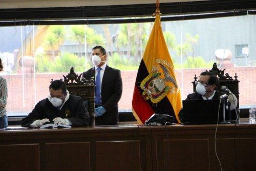 De mondkapjes dragende rechters deden vanwege de coronacrisis uitspraak in een vrijwel lege rechtszaal